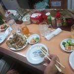 清香園 - 炙った豚足とつき出しのキムチ&キューリ