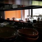 カレバカ世紀 - カウンターのみ13席の店内