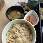 にほのうみ - 香の物、みそ汁、炊き込みご飯