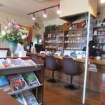 喫茶室モンテビアンカ - お店にはギターが沢山並びカウンターでは常連のお客様らしき方がエレキギターの練習をしてました。