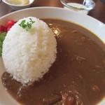 喫茶室モンテビアンカ - 料理写真:  暫く待つとお目当てのビーフカレーがテーブルに運ばれてきました。  カレーの横には福神漬と一緒に枝豆も添えられ料理の色彩を整えています。