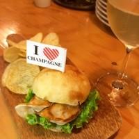 スタンドシャン食 Osaka北新地 Champagne & GYOZA BAR - 人気のぎょバーガー!