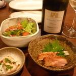 えん座 - サラダ、付き出し(タタキと酢の物)、白ボトル
