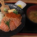 海鮮どんぶり太郎 - サーモン親子丼(味噌汁つき) ¥890