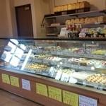 シャンテーコジマ - ケーキもたくさん売られています。