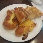シャンテーコジマ - 一皿目のパン。 「ハムチーズ」「コロッケ」「メロン」「シナモン」