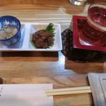 旬楽 ながた - 付き出し。魚卵の旨煮、アジのなめろう。お酒はカラクチキッド680円。