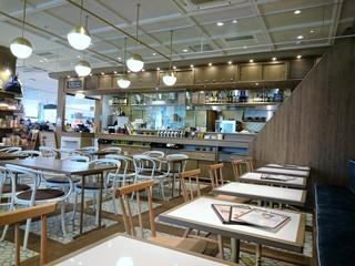 ハンズカフェ 東急プラザ表参道原宿 - テーブル席も多いです。