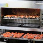 鈴木鮮魚店 - 鮭の焼き漬け用の鮭は、お店の奥のオーブンで焼いていました。                             角切りにした鮭を焼いてから、薄口醤油ベースのタレに寝かせたものが焼き漬けと呼ばれる調理法です。