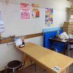 鈴木鮮魚店 - 鈴木鮮魚店には、スペースはかなり小さいですが、イートインコーナーがあり、                             鈴木鮮魚店で購入したものや、同店で調理した海鮮丼・刺身などを頂くことが出来ます。