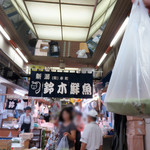 鈴木鮮魚店 - 今回は、新潟名物のへぎ蕎麦ランチを済ませた後だったので、鮭の焼き漬けだけをテイクアウト。