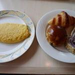 40256411 - 朝食ブッフェ。シェフに作ってもらったオムレツとパンです。