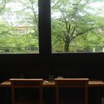 40256586 - 春は桜が見えるカウンター席