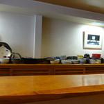 あきやま - 厚みのある一枚板の重厚なカウンターが印象的なシンプルな店内