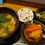 あきやま - なめことアオサたっぷりのお味噌汁、タケノコ入り和風ラタトゥイユ