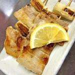 かまくら - ネギマは肉厚な豚バラ肉を高温の鉄板でカリッとジューシーに。
