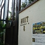 Huit - 階段を上がって店内へ