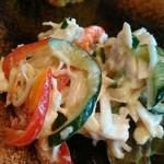 遊食酒蔵 味源 - 美味しいお通し、奥はレンコンのはさみ揚げ、手前は鶏ささみのサラダ