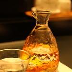 鮨 甚平 - お酒はみな琉球ガラスで提供されます
