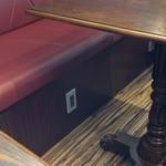 モンディアルカフェ328 - 各席に充電用のコンセントあり