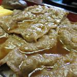日本料理 松屋 - コシヒカリの乾草で育った村上牛のすき煮は、高級ブランド牛にありがちな霜降りではなく、                             赤身が多くて柔らかいモモ肉を使っているそうです。