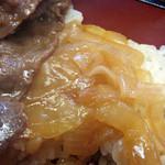 日本料理 松屋 - お肉の下には、割り下で煮た玉ねぎ。                             お肉の旨みを吸って、最高の緩衝材になってます(笑)。