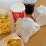BUNNY×2 - 今回の購入は、加須バーガーと普通のハンバーガーのポテトドリンクセット。ポテトは意外と少なめ。
