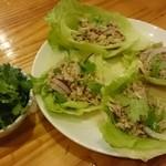サバーイタイランド - バクチーと豚肉のレモングラス風サラダ