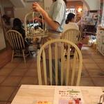 ことりカフェ - 店内は、ことり雑貨が沢山。ことりケーキの鳥かごは白バージョンも