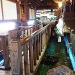 活き魚料理よし川 - 店内は床が総生簀、木橋を渡る