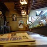 活き魚料理よし川 - 古い造りのカウンター