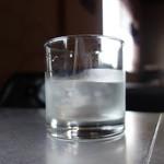 カフェ スクラップ - デカいグラスの水もイイね