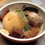 40297597 - 静岡おでん(お土産パック);女房と半分コの盛付け.目立つジャガイモは後付けにてスマソ(^^;) @2015/07/26