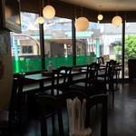 フィフティ・ワン - テーブル17席  角地のガラス張りで明るい