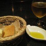 4030330 - 自家製パン、オリーブオイル