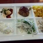 ピソリーノ - 盛り付け(左上から、冷奴+ハンバーグ+パエリア+ポテトサラダ・大根サラダ+ゴボウサラダ)