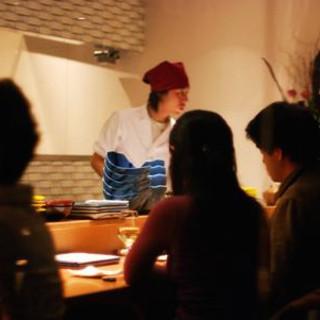 料理人との会話も楽しいキッチンカウンター
