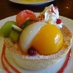 星乃珈琲店 - 桃のスフレパンケーキ(シングル:880円)・・期間限定品。 シロップ漬けにした2種類の桃がのせられています。