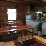 Lunch&cafe 風 - 店内は4人掛けのテーブルが3台と2人掛けが1台
