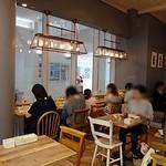 ジェラートピケカフェ - お一人さまでもゆっくりできるカウンター席もあります