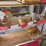 グーママン - とても狭く2人位入ると満員になる位の店内にはパンが衛生的に一個一個ラッピングされて並んでいます。