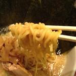 麺や天鳳 - 正油らーめんの中太ちぢれ麺