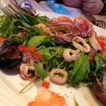 40329639 - insalata ai frutti di mare 16                        新鮮な魚介類いっぱい、海の友達サラダ