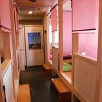 でじや - ピンクのロールカーテンで仕切られた掘りごたつ席