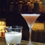 バー ヒーリング ウォーター - ザクロ酒使用の「アンチエイジング」(右)とホワイトチョコリキュール使用の「脳の疲労回復」(左)