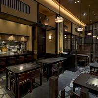 神戸六甲道・ぎゅんた - 料理が見えるカウンター席 5席 テーブル席が8卓ございます。