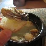 ワインカフェ京都烏丸 - カキ、エビ、ホタテのアヒージョ。いうまでもなくバゲットが進む
