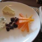 ワインカフェ京都烏丸 - コースにはないチーズ盛り合わせ。サービスしてくれました。
