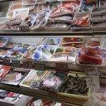 釜谷 - お店に入ってみるとこんな感じで魚が一杯置いてありましたよ。本当に魚屋さんのようです。