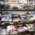 釜谷 - ここのお店のシステムはここで魚をチョイスします。そのまま、刺身で食べても良いし、焼いてもらっても良いし、煮込んでもらう事も可能なんですよ。物によっては天ぷらにも出来ます。